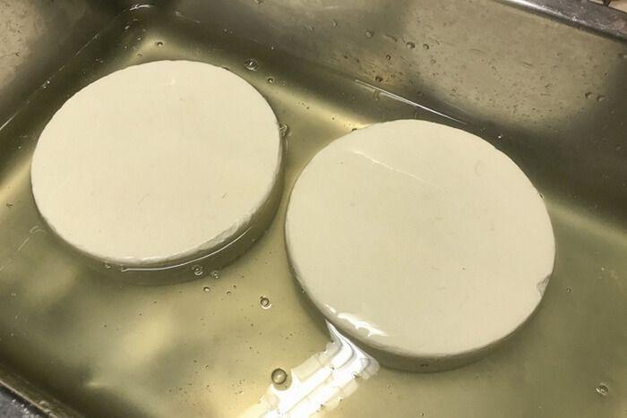 Полоска сыра в ванночке с соляным раствором.
