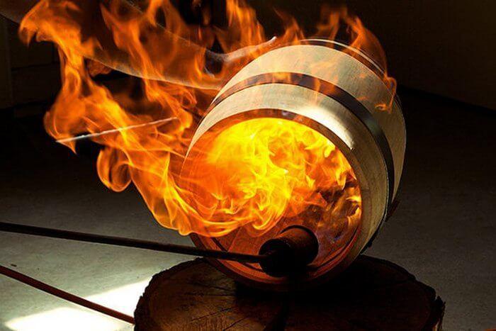 Обжиг бочки высвобождает вкусовые и ароматические соединения из дуба.