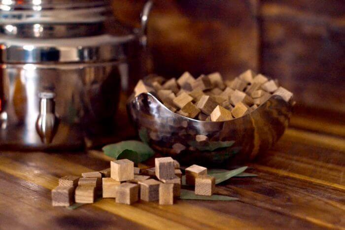 Дубовые кубики для самогона можно пропитать вином.