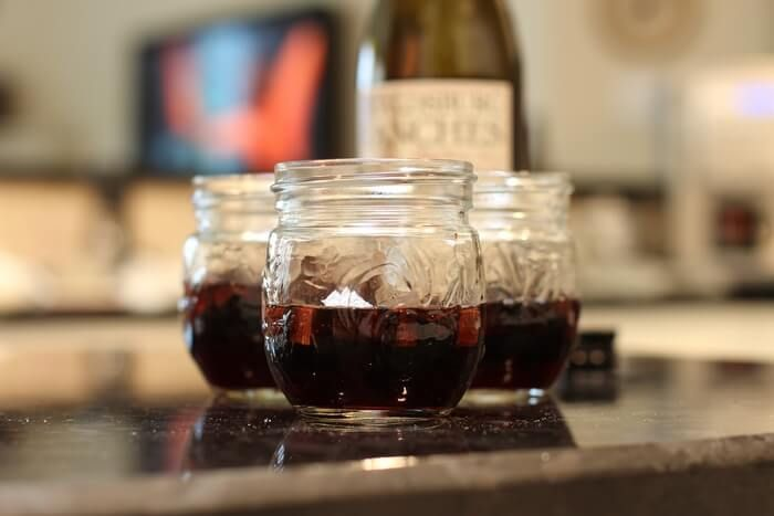 Домашнее вино на дубовых кубиках.