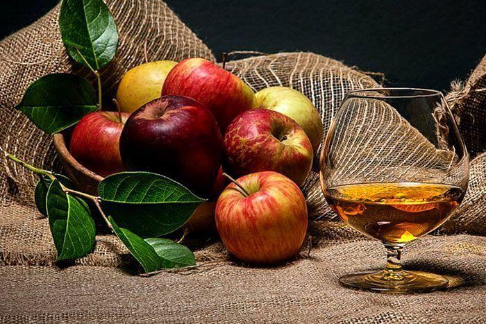 Яблочный самогон под кальвадос, выдержанный на дубовой щепе.